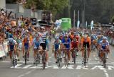 图文-环西班牙自行车赛落幕大部队冲过终点
