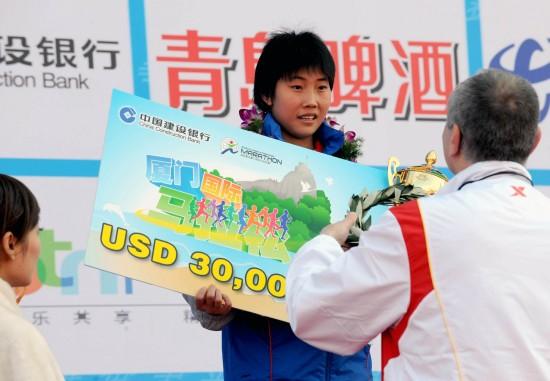 图文-09厦门国际马拉松赛赛况陈荣夺冠喜获奖金
