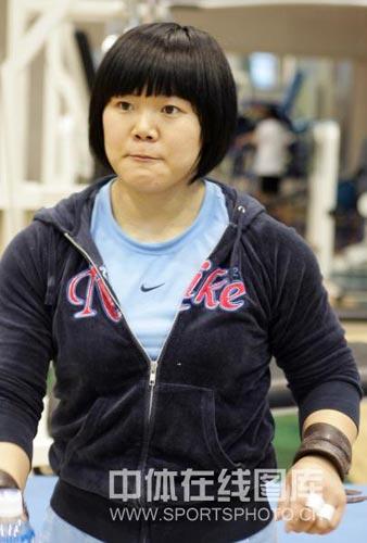 协会-中国女子举重队轻松冬训大力士刘春红_中高尔夫球图文官网图片