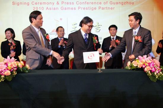 2月18日,亚奥理事会副主席霍震霆(前中)、加多宝饮料有限公司代表阳爱星(前右)与广州亚组委官员在签约仪式上。当日,加多宝饮料有限公司与广州2010年亚运会组委会赞助签约仪式在北京人民大会堂举行。新华社记者王永卓摄