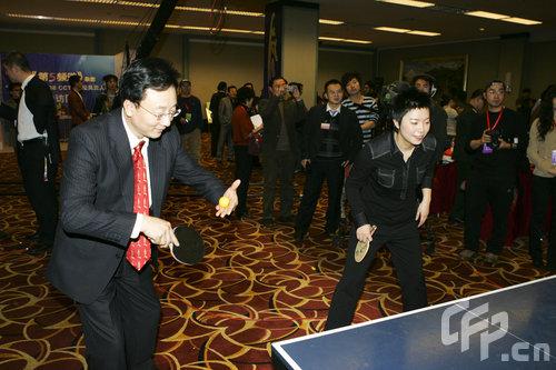孙正平杨影打乒乓球龙舟赛加油图片