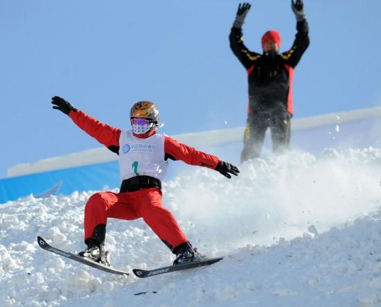 图文-女子空中技巧比赛赛况李妮娜滑行中
