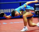 图文-世乒赛男单1/8决赛马琳被打到球桌下?