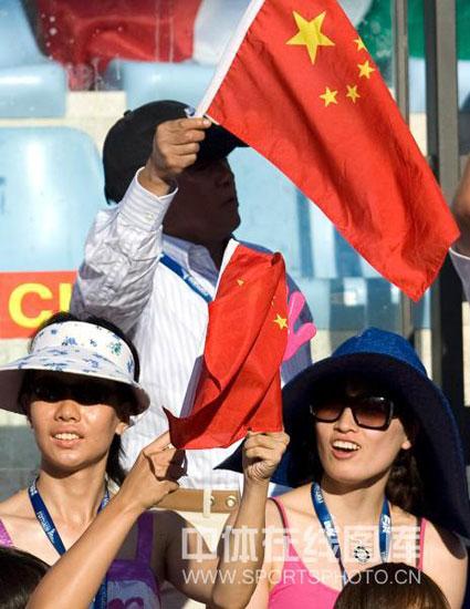 图文-罗雪娟观战游泳世锦赛罗雪娟为中国队加油