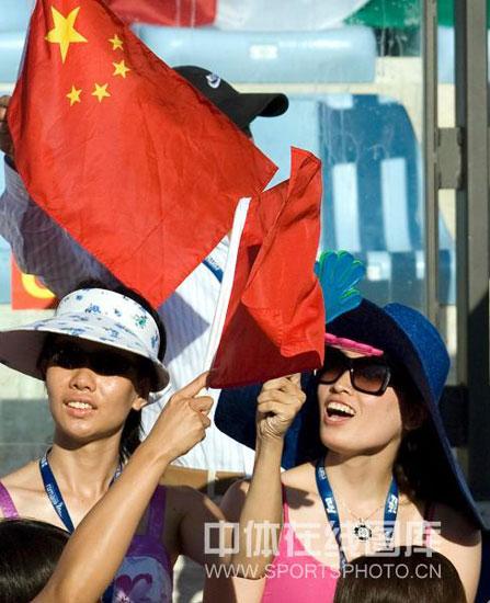 图文-罗雪娟观战游泳世锦赛挥舞五星红旗加油