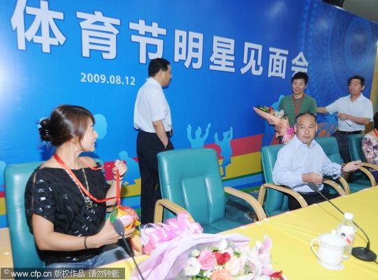 图文-郭晶晶出席广西体育节向前辈李宁抛绣球