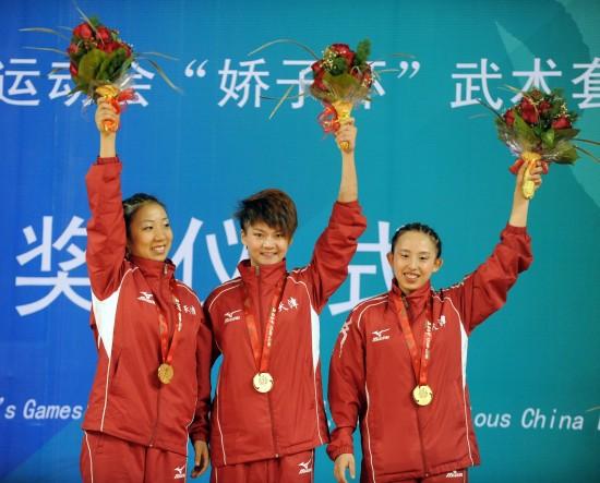 图文-全运会武术套路女子对练颁奖天津接受颁奖