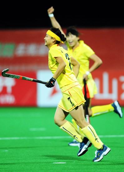 图文-辽宁队晋级全运女曲决赛队员庆祝进球