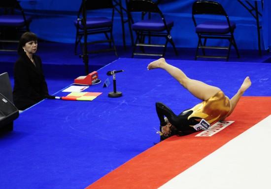 图文-世锦赛女选手头部着地受伤头部着地摔出场外