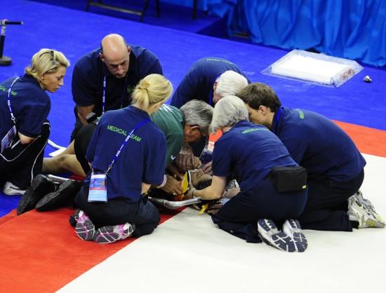 图文-世锦赛女选手头部着地受伤伤员接受紧急治疗