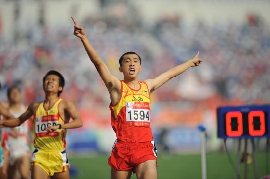 图文-全运会男子800米李翔宇夺冠激动人心的时刻