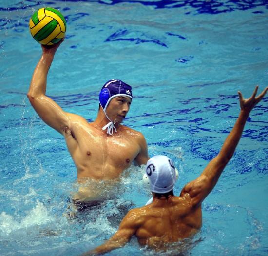 图文-全运会水球湖南男队季军射门姿势很有型