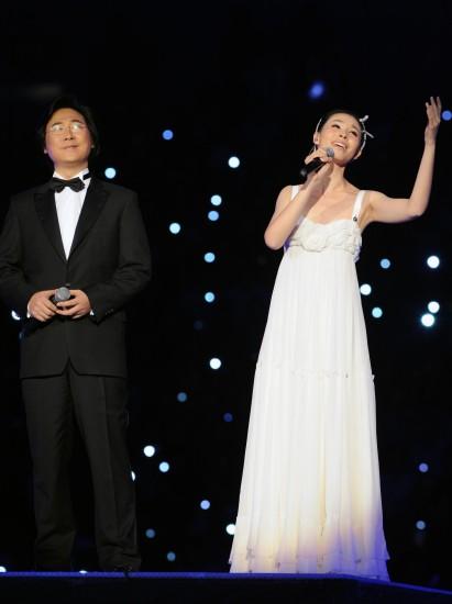 图文-第十一届全国运动会落下帷幕双人演唱
