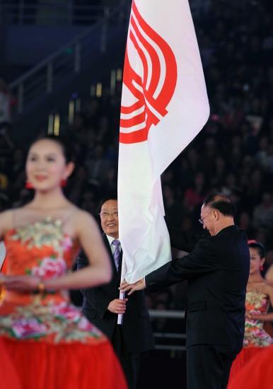 图文-第11届全国运动会闭幕式举行全运会会旗交接
