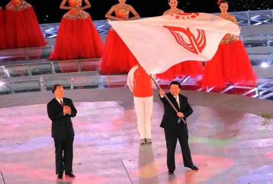 图文-第十一届全国运动会落下帷幕会旗即将被交接