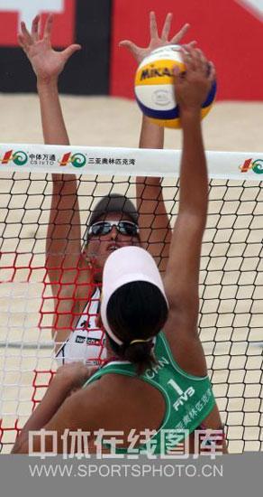 图文-三亚沙排公开赛29日赛况激烈网前争夺