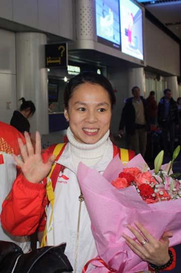 图文-中国蹦床队结束世锦赛凯旋黄珊汕打招呼