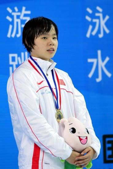 图文-白安琪夺女子200米仰泳冠军白安琪接受颁奖