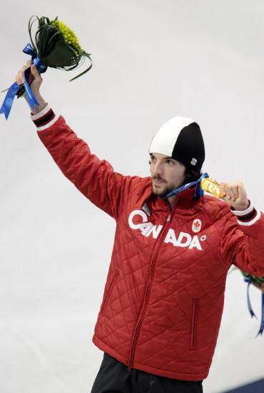 图文-加拿大选手男子500米夺冠哈梅林展示金牌