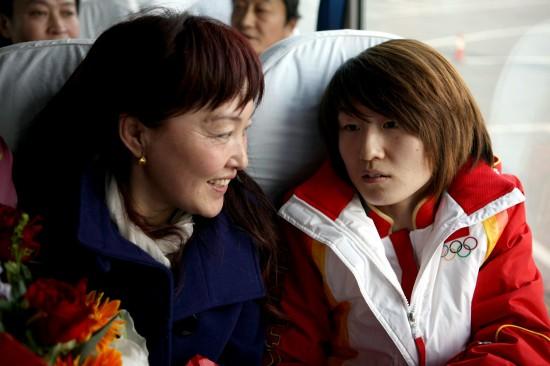 图文-中国冬奥代表团载誉归来孙琳琳开心见妈妈