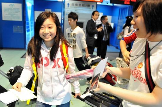 图文-中国国家体操队到访香港江珏源被索要签名