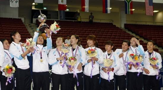 图文-尤杯决赛中国1-3韩国丢冠轮番举起奖杯