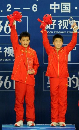 图文-世界杯曹缘/张雁全男双10米台夺冠登上领奖台