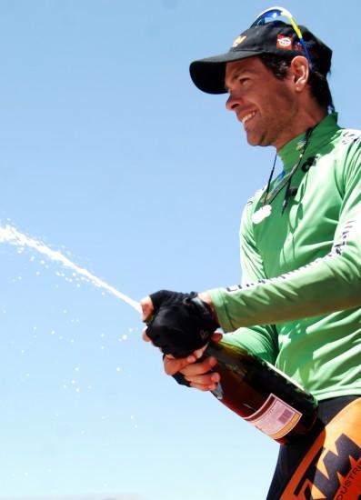 图文-环湖赛第四赛段赛况蓝天见证他的庆祝