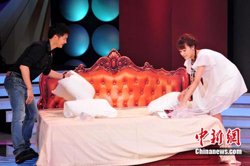 图文-田亮携娇妻出席活动共同铺床显恩爱