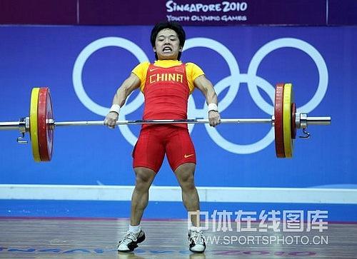 图文-青奥会女举摘中国首金冠军田源比赛中