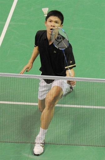 图文-羽毛球世锦赛第2日男单赛况黄综翰俯身回球