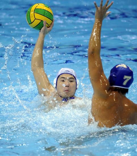 图文-水运会男子水球决赛赛况谢俊敏发起进攻
