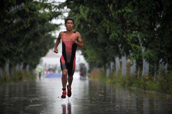 图文-水运会铁人三项比赛赛况孙立伟一人前进