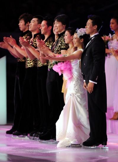 图文-申雪/赵宏博冰上浪漫婚典向现场观众致意