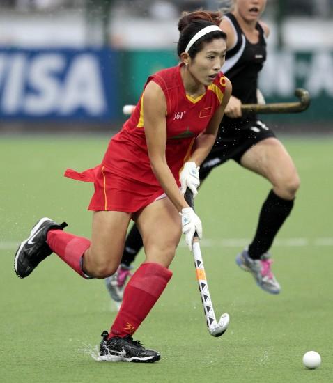 图文-女曲世界杯中国队第八李红侠带球突破