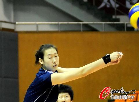 图文-中国女排中秋加练备战杨婕练习接球技术