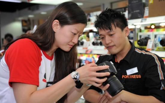 图文-中国女排队员在香港购物 陈丽怡挑选的很