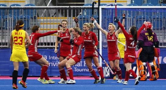 英国队球员庆祝胜利