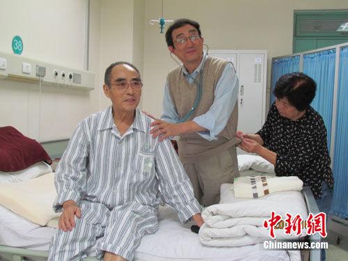 欢笑时常漾溢在这间危重病人的病房里, 庄夫人饶有兴趣地查看记者衣服上的商标是否日本品牌。胡星摄