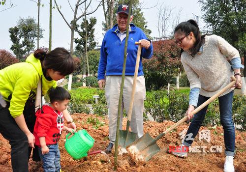 植树节70岁美国老人带1岁男孩社区植树_越野