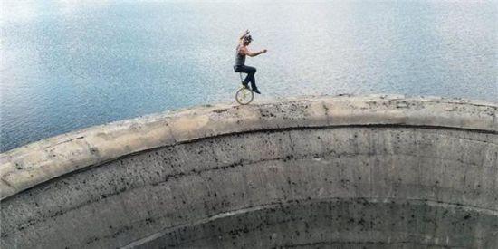 男子挑战极限恐惧60米深黑洞上走绳索__新浪