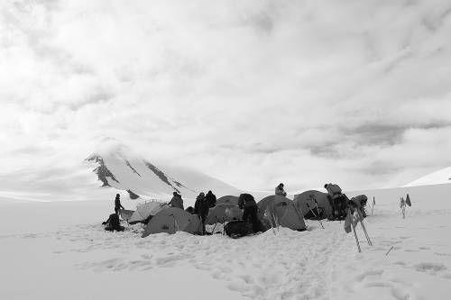 队员们准备撤营回大本营,左后方是他们奋力攀登过的透明梦柯,此刻,不舍在蔓延 刘泉雨摄。