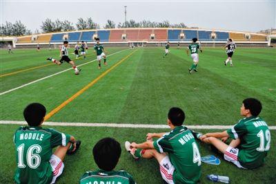 今年8月8日全民健身日,北京多处体育场地免费开放。当日多名市民在亦庄开发区体育中心免费踢球。新京报记者 吴江 摄