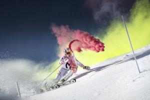 澳洲滑雪冠军挑战彩色滑雪 雪道色彩斑斓