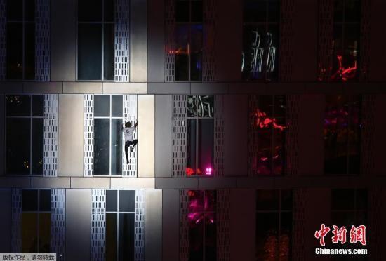 """2015年4月12日,迪拜,法国""""蜘蛛人""""罗伯特攀登卡延塔,夜战最高扭曲住宅大厦惊险刺激。"""