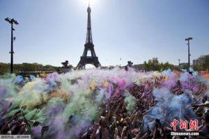 巴黎办5公里彩色跑 埃菲尔前上演粉末狂欢
