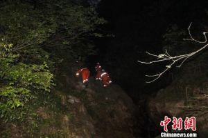 广西桂林5名登山者被困深山16小时后获救