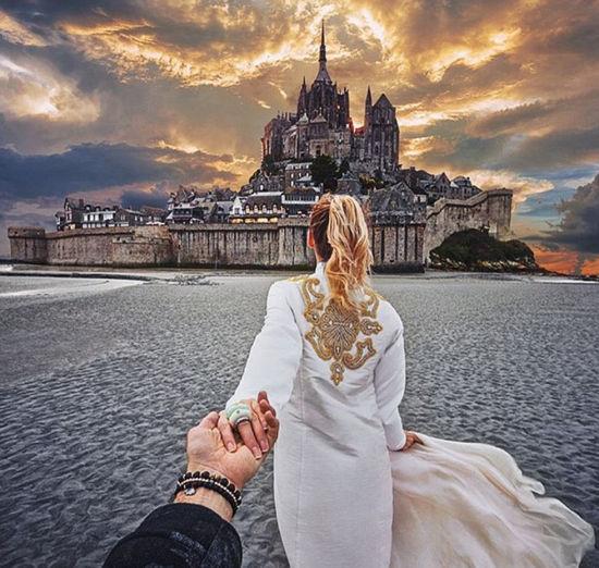 俄罗斯摄影师秀恩爱,牵着女友游印度。