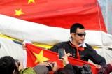 环球航行的国旗陪伴