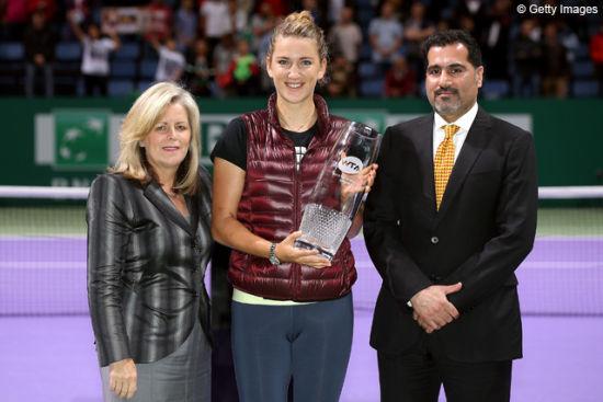 斯黛西∙阿拉斯特为阿扎伦卡颁发年终NO.1奖杯